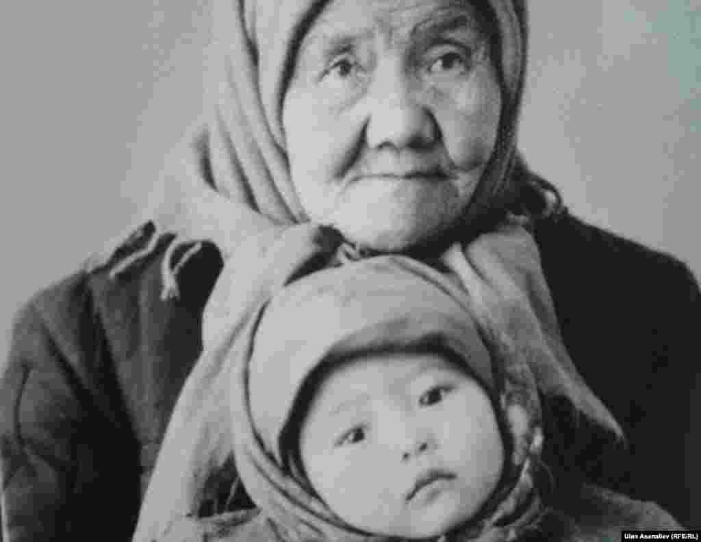 Заслуженная артистка, известная актриса Шайыр Касмалиева с бабушкой.