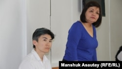 Жанар Секербаева (сол жақта) және адвокат Айман Омарова сот залында. Алматы, 20 тамыз, 2018 жыл.