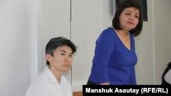Гражданская активистка Жанар Секербаева (слева) со своим адвокатом Айман Умаровой в суде по делу о «мелком хулиганстве». Алматы, 20 августа 2018 года.