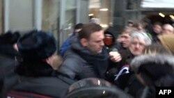 Момент задержания Алексея Навального.