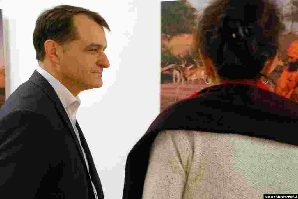 Один из организаторов выставки – посольство Франции в Казахстане. Из дипломатов на ней присутствовал генеральный консул Франции в Алматы Патрик Ренар.