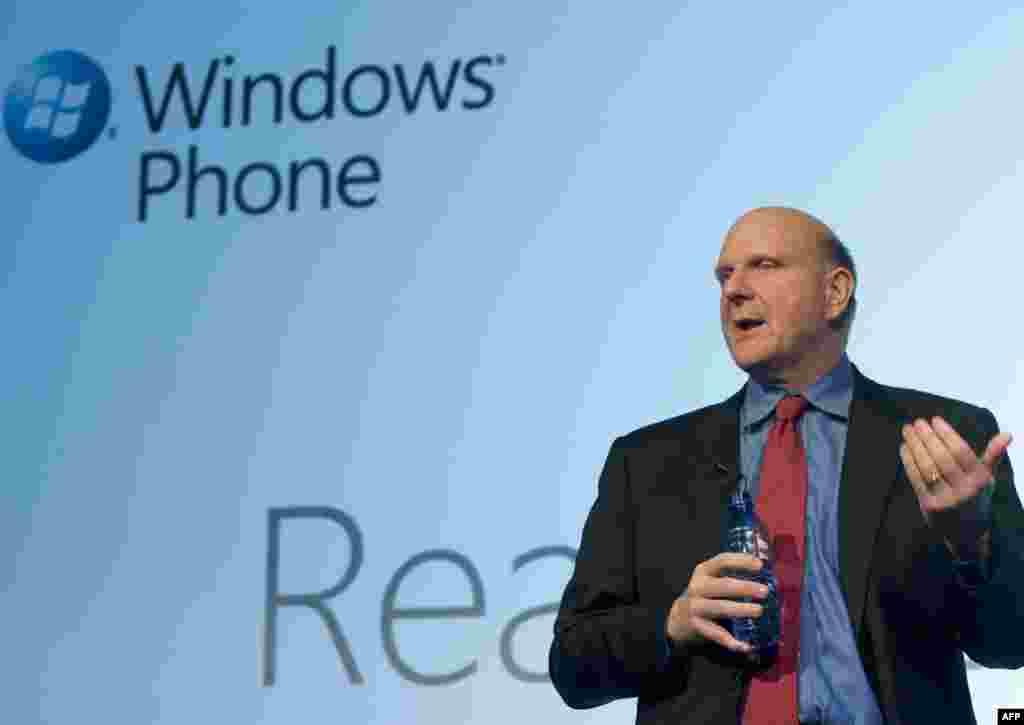 """Гішпанія, Барсэлёна: кіраўнік карпарацыі Microsoft Стыв Балмэр прэзэнтуе новую мабільную плятформу """"Windows Phone 7"""" на Сусьветным форуме мабільных тэхналёгіяў."""