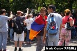 Если в первые дни протеста на проспекте Баграмяна еще можно было встретить флаги ЕС, то сейчас остались только флаги Армении