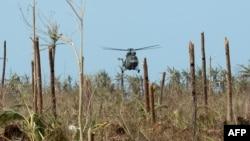 Helikopteri ushtarak duke dërguar ushqim për të prekurit nga tajfuni në Filipine