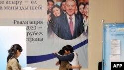 На избирательном участке в Астане накануне выборов президента. 1 апреля 2011 года.