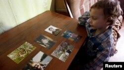 Один із синів Світлани Давидової Артур із фотографіями мами, Вязьма, 30 січня 2015 року