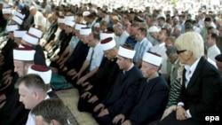 Прокурор дель Понте (справа) на церемонии перезахоронения останков боснийских мусульман, убитых в Сребренице