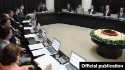 Президент Армении Серж Саргсян ведет внеочередное заседание нового правительства, Ереван, 18 июня 2012 г