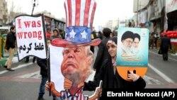 Іранка тримає в руках опудало з обличчям президента США Дональда Трампа під час демонстрації на честь 40-річчя Ісламської революції. Тегеран, 11 лютого 2019 року