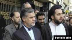 حسین نقوی حسینی، نماینده اصولگرای ورامین، در مقابل محل همایش اصلاح طلبان