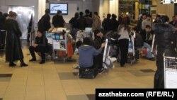 Пассажиры на стойке регистрации в московском аэропорту Домодедово.