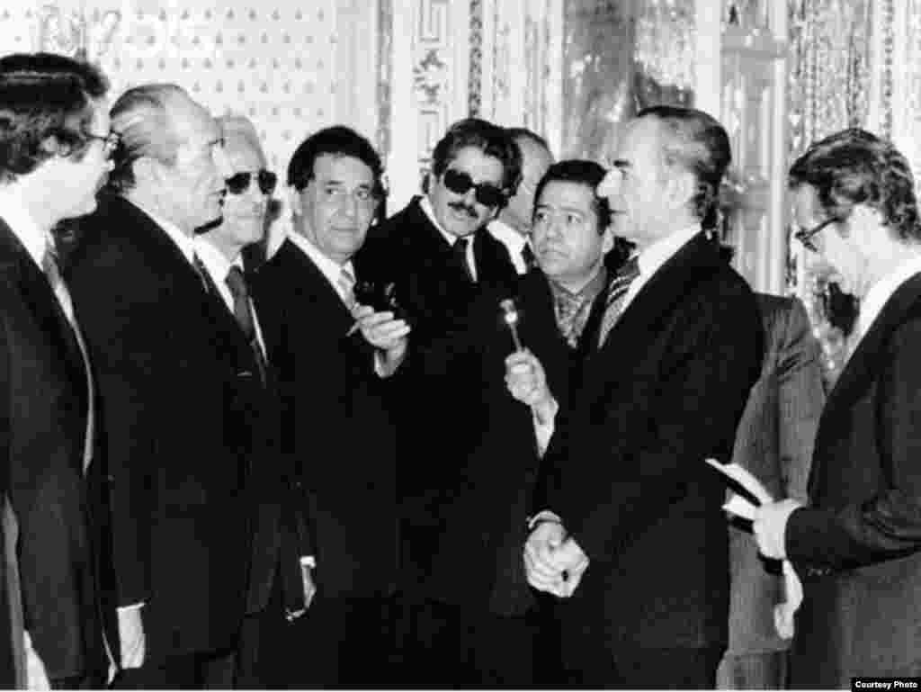 شاپور بختيار و محمدرضا شاه در مراسم معرفی آخرين کابينه مشروطه - دی ماه ۱۳۵۷