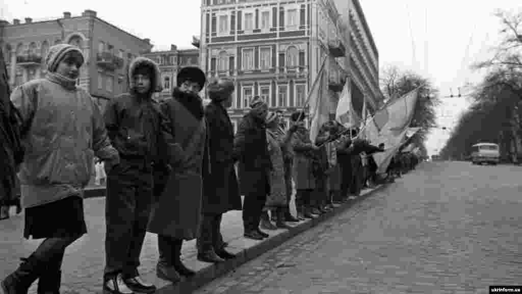 În ziua de 21 ianuarie 1990, sute de mii de ucraineni au format un lanț uman din orașul vestic Lviv până la Kiev pentru a marca aniversarea semnării Actului de unificare din 1919 între Republica Populară Ucraineană și Republica Populară a Ucrainei Occidentale.