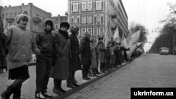 Архівне фото: «живий ланцюг» із Києва до Львова 21 січня 1990 року
