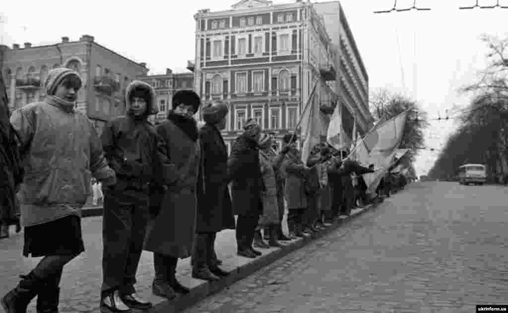 Three million Ukrainians joined hands on January 21, 1990, to form a human chain from the western Ukrainian city of Lviv to the capital, Kyiv, to commemorate the 71st anniversary of Unity Day, when the Ukrainian National Republic and the Western Ukrainian National Republic united into one state.