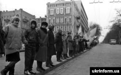 Участники живой цепи в Киеве. Январь 1990 года.