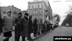 Participants in the human chain in Kyiv on January 22, 1990