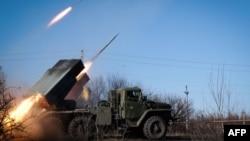 Установка залпового вогню «Град» російських гібридних сил в окупованій Горлівці Донецької області, 13 лютого 2015 року
