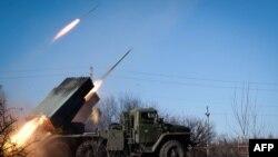 شورشیان هوادار روسیه با سلاحهای سنگین مواضع نیروهای دولتی اوکراین را در دبالتسو شدیدا گلولهباران میکنند.
