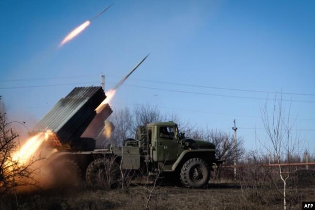 Російські «Гради» обстрілюють українські позиції під Горлівкою. Україна, лютий 2015 року