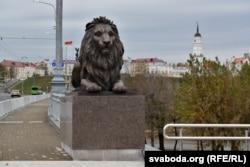 Магілёўскі леў на мосьце праз Дняпро. На заднім пляне ратуша