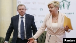 Ուկրաինայի Ազգային բանկի նախագահ Վալերիա Գոնտարևա և նրա տեղակալ Յակիվ Սմոլիյ, Կիև, ապրիլ, 2017թ․