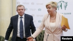 Ukrainian National Bank Governor Valeria Hontareva (right) and First Deputy Governor Yakiv Smoliy attend a news conference in Kyiv on April 10.