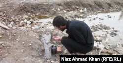 Мужчина пьет воду, которая течет из сломанной трубы на месте виллы, где укрывался Усама бен Ладен. Абботтабад, 26 апреля 2012 года.
