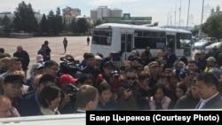 Протестующие на площади Советов в Улан-Удэ, 9 сентября 2019 года.