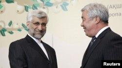 Иран өкілі Саид Джалили (сол жақта) мен Қазақстан сыртқы істер министрі Ерлан Ыдырысов. Алматы, 5 сәуір 2013 жыл.