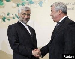 Министр иностранных дел Казахстана Ерлан Идрисов (справа) жмет руку Саиду Джалили, главному переговорщику Ирана. Алматы, 5 апреля 2013 года.