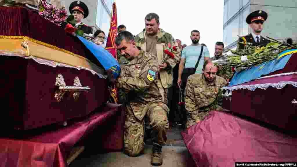 Військові побратими віддають останню честь