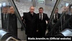 Владимир Путин (слева) посещает новый терминал аэропорта «Симферополь», 14 марта 2018 года