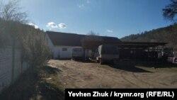 Усадьба граничит с бывшим колхозным предприятием, размещенным в графских конюшнях