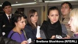 """Журналисты берут интервью у Тамары Калеевой, президента прессозащитной организации """"Адил соз"""". Астана, 27 ноября 2012 года."""