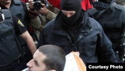 Mevlid Jašarević u pratnji policije izlazi iz bolnice, 31. oktobar 2011. foto: Almir Panjeta/Sarajevo-x.com