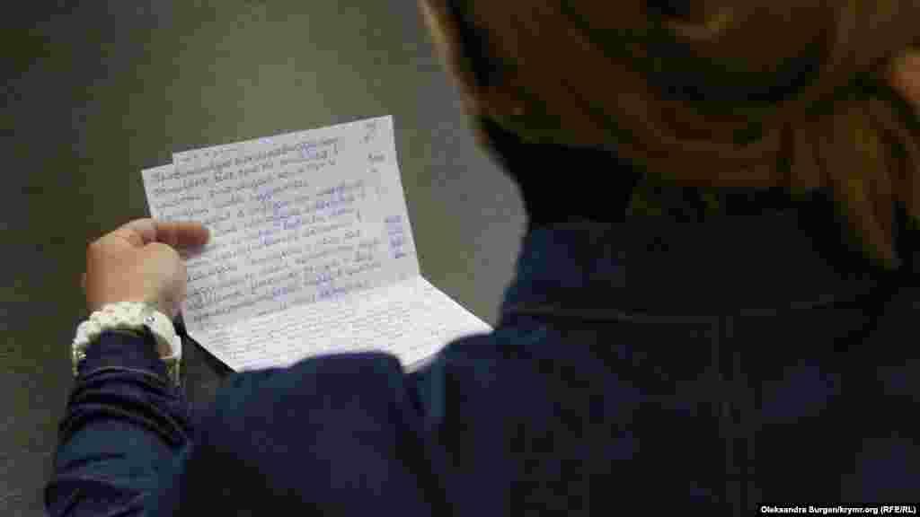 Супруга Наримана Мемедеминова Лемара зачитывает письмо мужа из СИЗО. Два дня назад, 28 июня, Наримана поместили в психиатрическую больницу «для обследования». Со слов адвоката Эмиля Курбединова, это «обследование» основывается на постановлении следователя, без решения суда