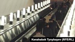 Алматы метросының «Жібек жолы» станциясындағы ашық есік күні. Алматы, 22 қазан 2011 жыл. (Көрнекі сурет)