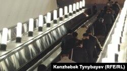 Пассажиры алматинского метро.