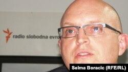 Philip Reeker në byronë e Radios Evropa e Lirë në Sarajevë.