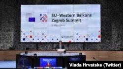 Premijer Hrvatske Andrej Plenković iz konferencijske sale u Zagrebu rukovodi diskusiju samita putem video linka, 6. maj 2020.