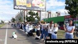 Sute de femei au format la Minsk un lanț uman al solidarității. 13 august 2020