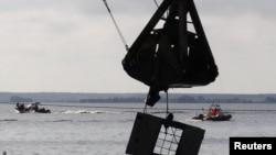 Подъемный кран достает из воды фрагмент затонувшего судна. Иллюстративное фото.