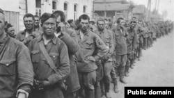 Нацистік Германия әскерінің қолына тұтқынға түскен совет жауынгерлері. (Көрнекі сурет Қазбек Бейсебаевтың Facebook парақшасынан алынды).