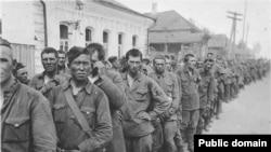 Екінші дүниежүзілік соғыс кезінде немістердің қолына түскен Қызыл әскер жауынгерлері.