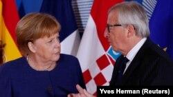 Анґела Меркель з президентом Єврокомісії Жан-Клодом Юнкером перед початком неформального саміту з питань міграції в Брюсселі 24 червня 2018 року.