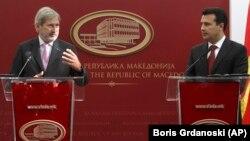 Komisioneri për Zgjerim, Johannes Hahn dhe kryeministri i Maqedonisë, Zoran Zaev.