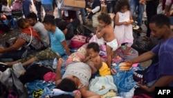 Pamje të refugjatëve që synojnë të kalojnë kufirin e SHBA-së.