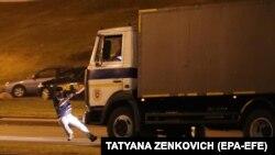 Un camion al poliției lovește un protestatar în Belarus