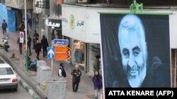 Portreti i gjeneralit të vrarë iranian, Qasem Soleimani, është vendosur në Teheran.